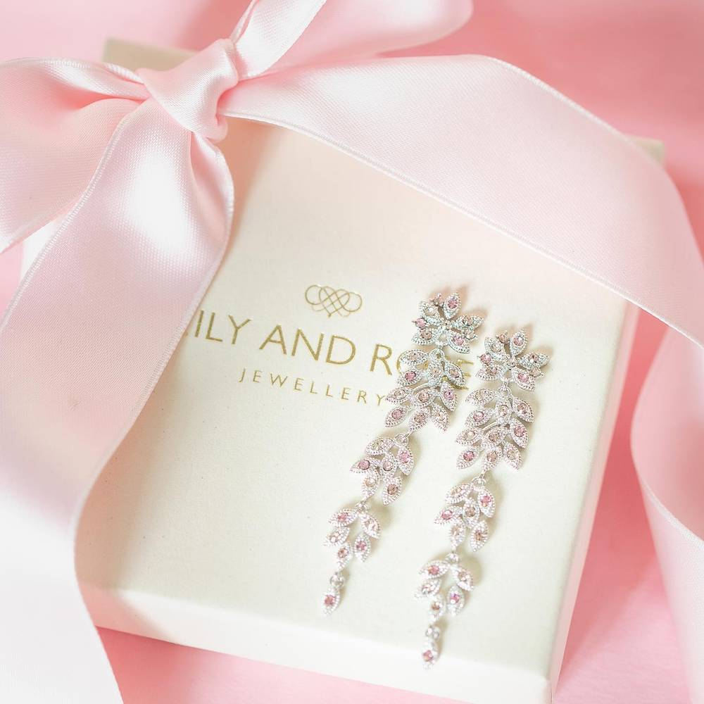 Lily and Rose in Brautkleider-Accessoires